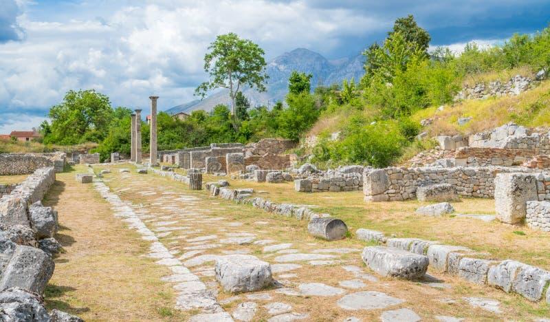 Alba Fucens forntida kursiv stad på foten av Monte Velino, nära Avezzano, Abruzzo, centrala Italien royaltyfri fotografi
