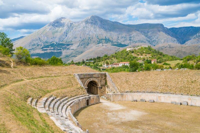 Alba Fucens, oude Cursieve stad bij de voet van Monte Velino, dichtbij Avezzano, Abruzzo, centraal Italië stock foto's