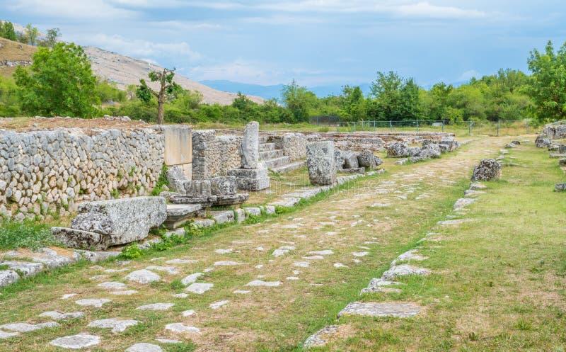 Alba Fucens, ville italique antique au pied de Monte Velino, près d'Avezzano, l'Abruzzo, Italie centrale photographie stock libre de droits