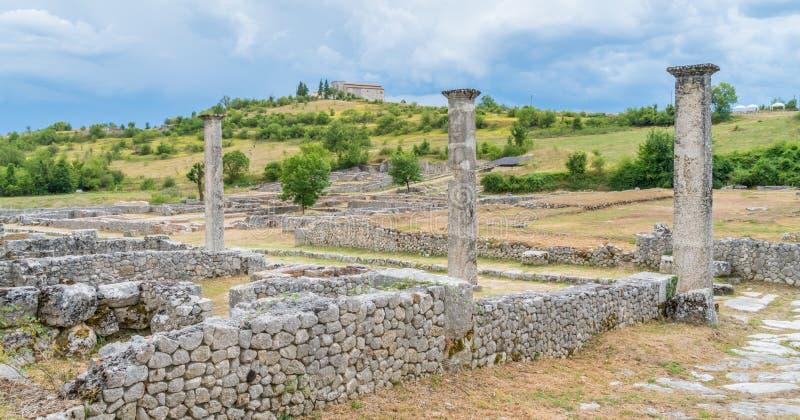 Alba Fucens, ville italique antique au pied de Monte Velino, près d'Avezzano, l'Abruzzo, Italie centrale photos libres de droits
