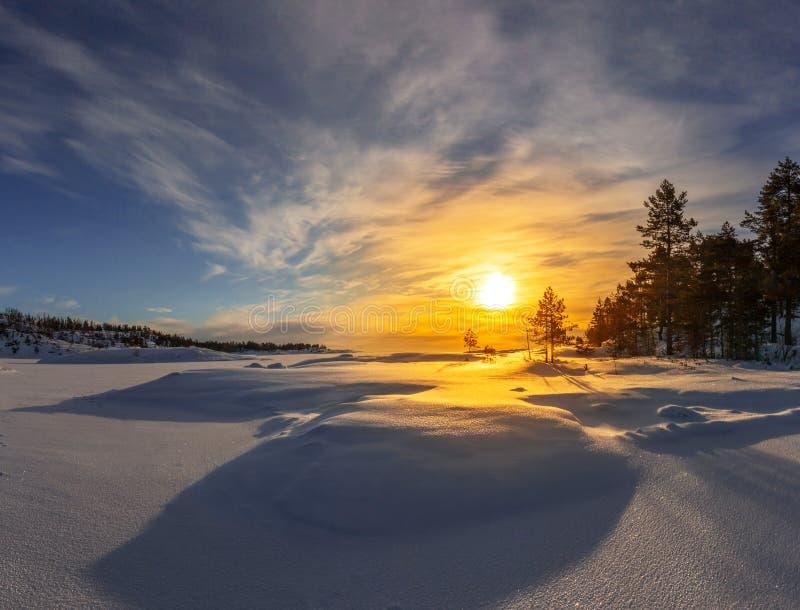 Alba gelida sul lago Ladoga fotografia stock
