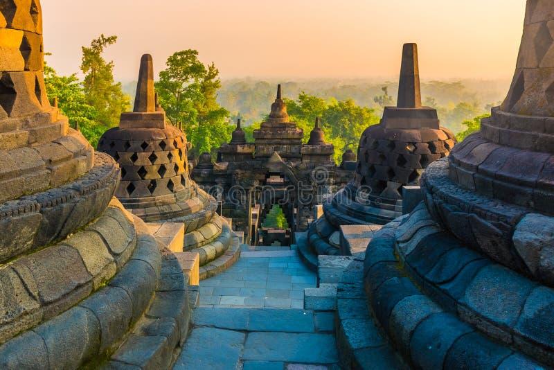 Alba impressionante al tempio buddista Borobudur complesso, Yogyakarta, Jawa, Indonesia immagini stock libere da diritti