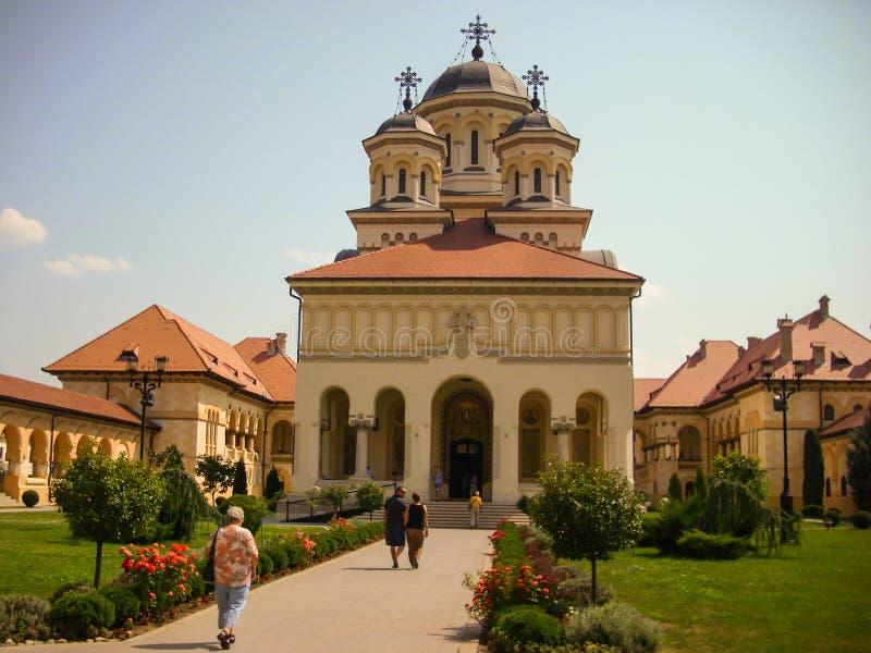 Alba Iulia, Румыния - 24-ое июля 2013: туристы посещая собор в Alba крепости Iulia стоковое фото