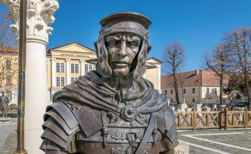 ALBA IULIA, RUMANIA - 28 de febrero de 2019: Una estatua romana del metal del soldado dentro de la ciudadela de Alba Carolina en  imagenes de archivo