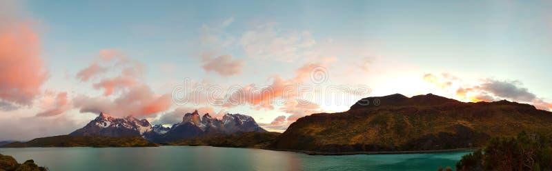 Alba: Lago Pehoe e montagne di Torres del Paine, Cile fotografia stock