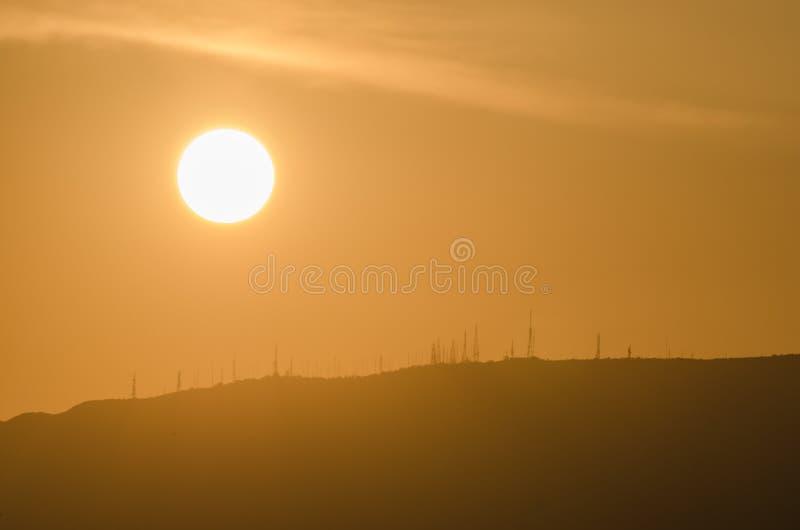 alba luminosa con l'invio degli alberi sulla montagna fotografie stock