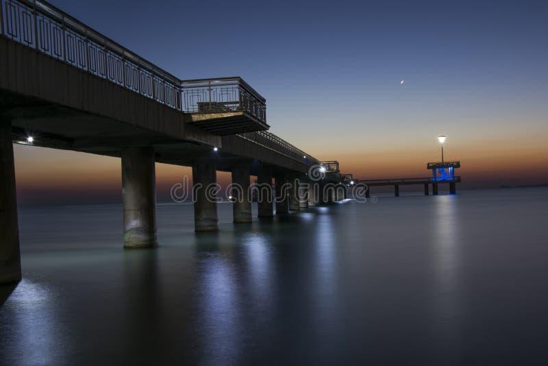Alba magnifica sul ponte di Bourgas immagine stock