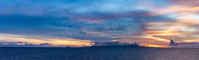 Alba naturale di tramonto sopra il campo o il prato Cielo drammatico luminoso e terra scura Paesaggio della campagna sotto il cie fotografia stock libera da diritti