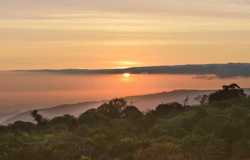 Alba naturale di tramonto sopra la montagna in Tailandia fotografie stock libere da diritti