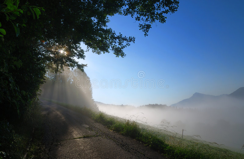 Alba nebbiosa nelle alpi fotografie stock libere da diritti