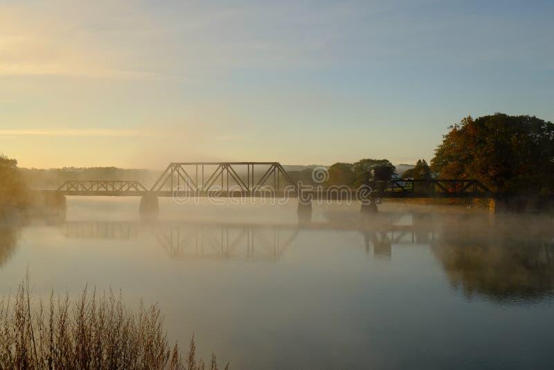 Alba nebbiosa sopra un fiume immagini stock
