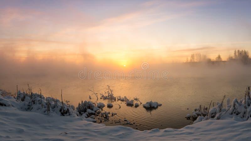 Alba nebbiosa sul lago nell'inverno, Russia, Ural, fotografia stock libera da diritti