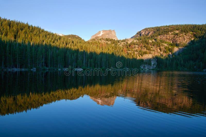 Alba nel lago bear in montagne rocciose fotografia stock libera da diritti