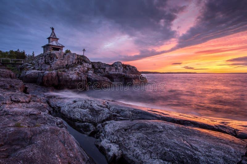 Alba nel lago ladoga, Carelia, Russia fotografia stock libera da diritti