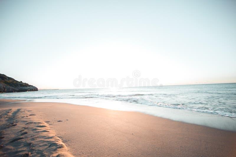Alba nella spiaggia di Barcellona fotografia stock libera da diritti
