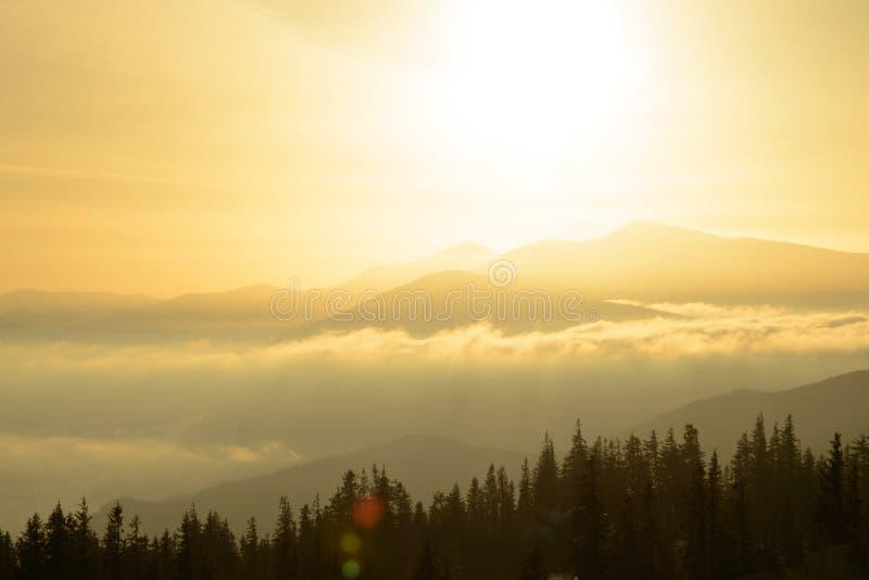 Alba nelle montagne carpatiche ucraine Sun che aumenta sopra la montagna di Hoverla, più alto punto dell'Ucraina fotografie stock libere da diritti