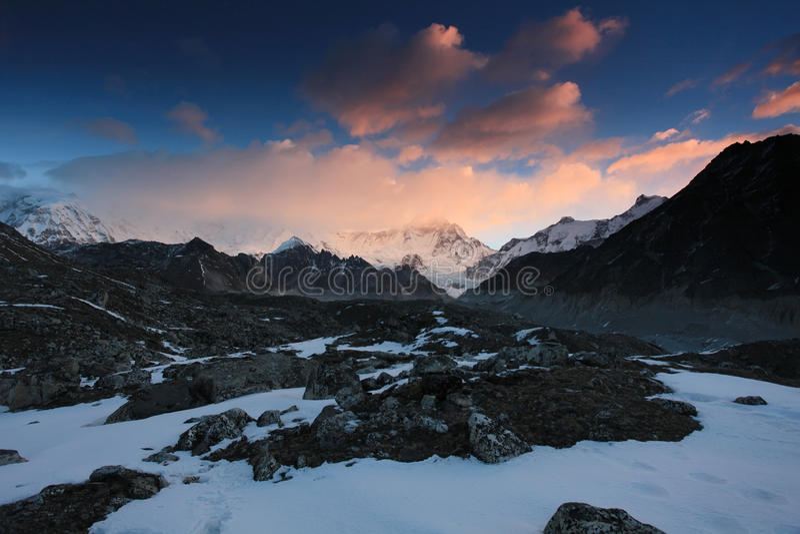 Alba nelle montagne Cho Oyu, Himalaya fotografia stock