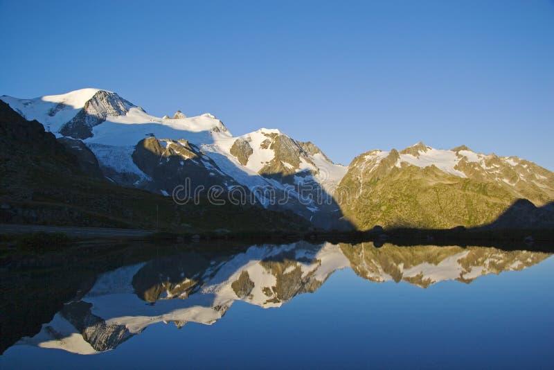 Alba nelle montagne svizzere fotografia stock