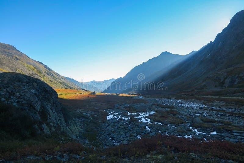 Alba nelle montagne Vista pittoresca di mattina della cresta della montagna immagini stock libere da diritti