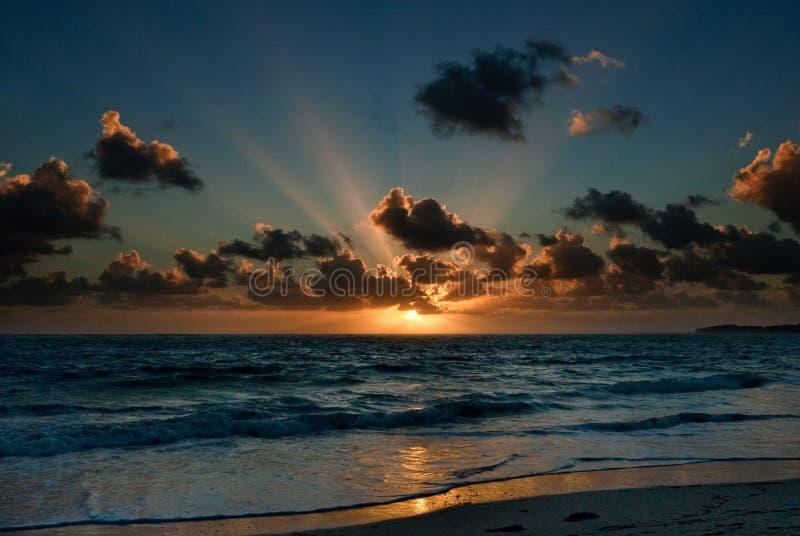 Alba in nuvole fotografie stock