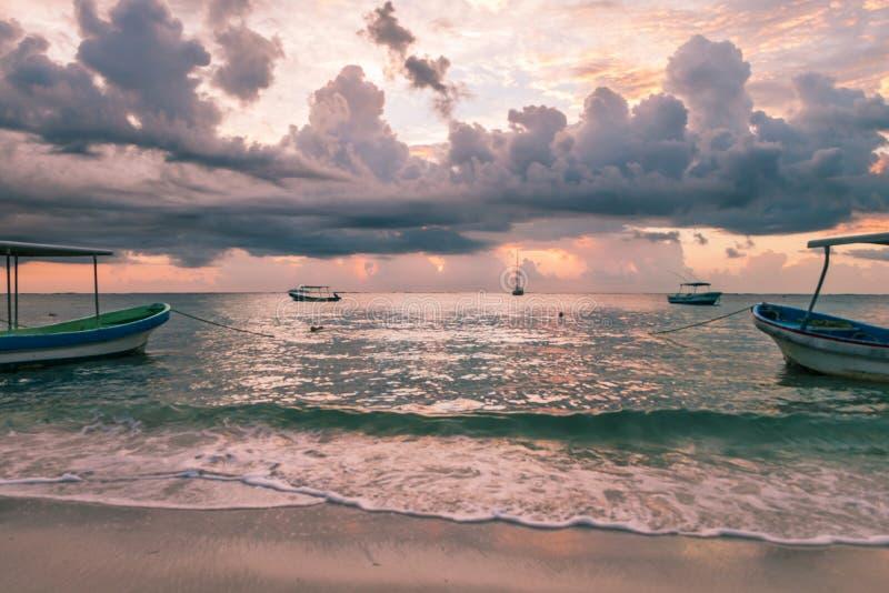 Alba nuvolosa sopra le barche di immersione subacquea nel mar dei Caraibi, Messico immagini stock libere da diritti