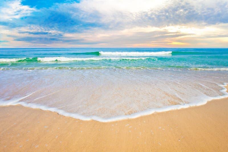 Alba o tramonto tropicale della spiaggia dell'oceano immagini stock libere da diritti