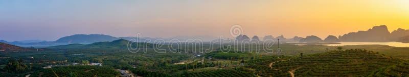 alba Panorama sulla montagna e sul mare - Samed Nang Nee, provincia di Phang Nga, Thailandia fotografia stock libera da diritti