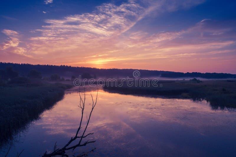 Alba porpora magica sopra il lago immagini stock libere da diritti