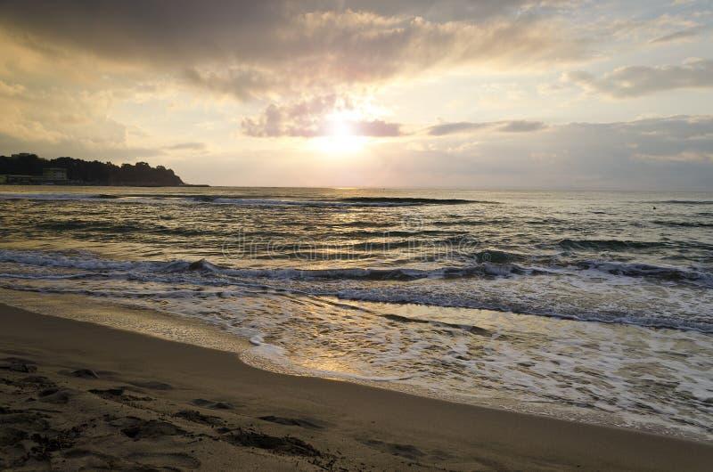Alba radiante della spiaggia del mare immagini stock