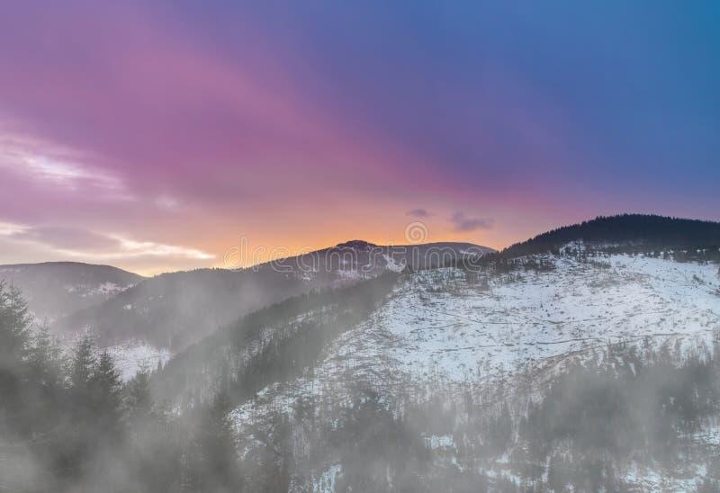 Alba recente variopinta di inverno nelle montagne immagini stock