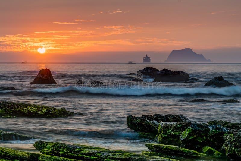 Alba rocciosa della spiaggia fotografie stock libere da diritti