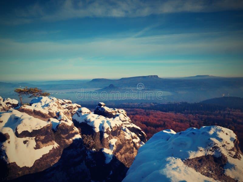 Alba rosada en paisaje montañoso Mañana brumosa del invierno temprano fotografía de archivo libre de regalías