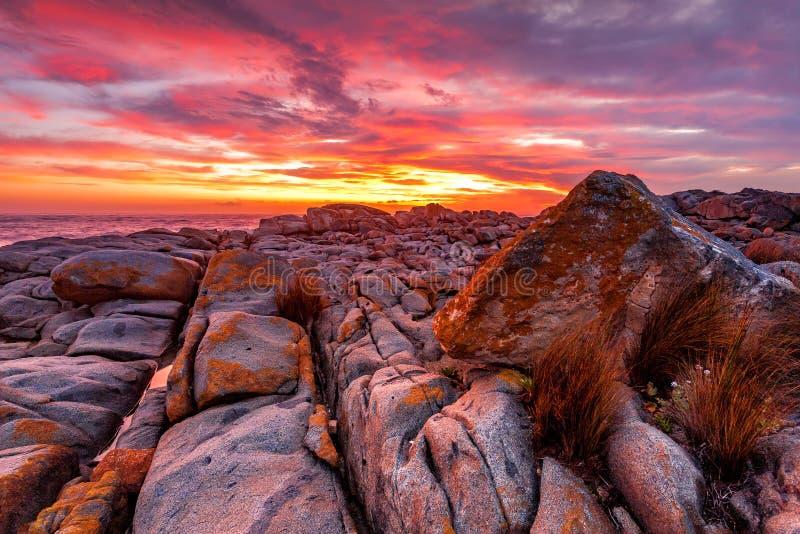 Alba rossa ricca sopra la costa rocciosa Australia immagini stock libere da diritti