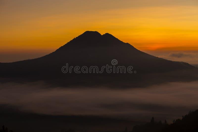 Alba scenica e foschia al vulcano di Batur, Kintamani, Bali, Indonesia fotografie stock libere da diritti