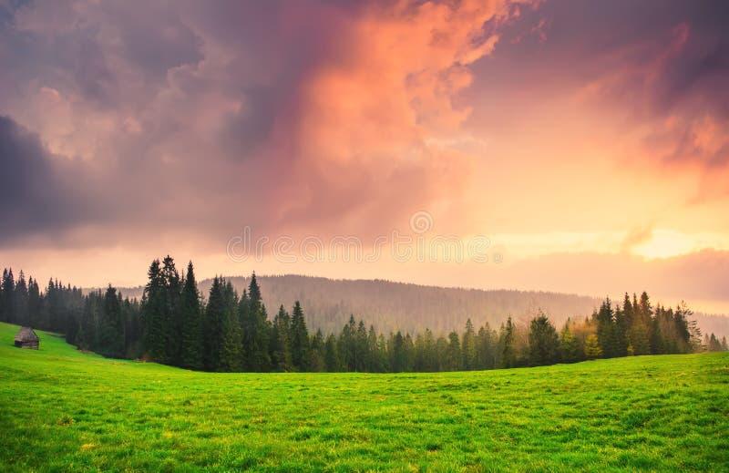 Alba scenica sopra la valle fotografie stock