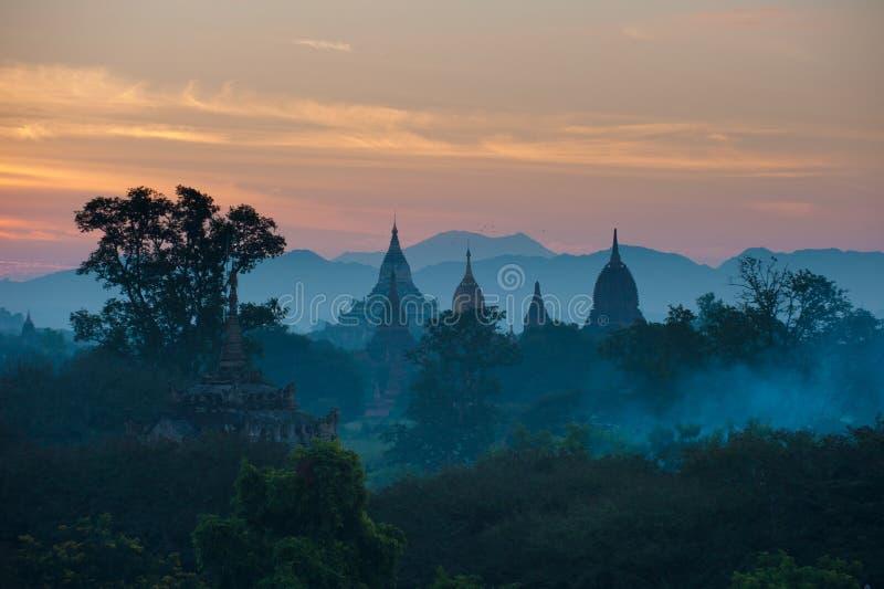 Alba sopra Bagan antico, Myanmar immagine stock libera da diritti