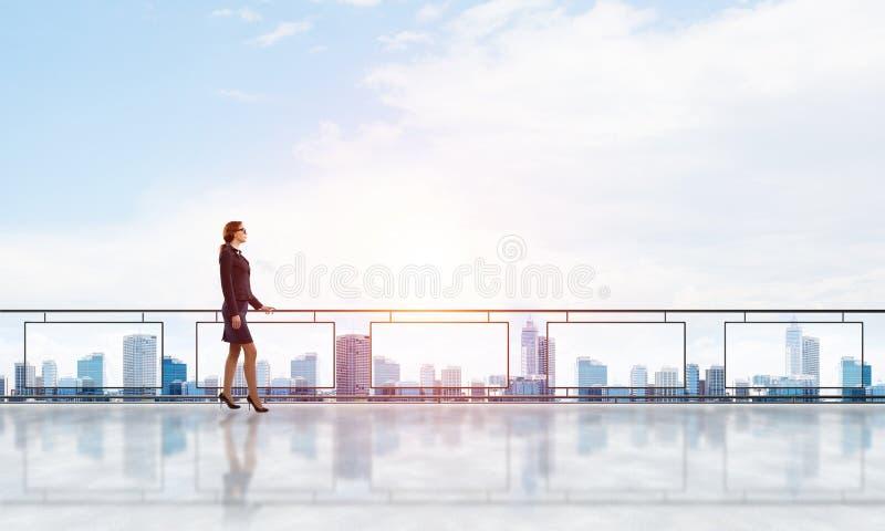 Alba sopra i grattacieli e la donna di affari che affrontano nuovo giorno immagine stock libera da diritti