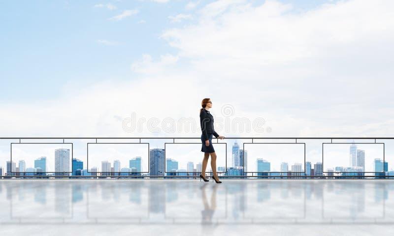 Alba sopra i grattacieli e la donna di affari che affrontano nuovo giorno fotografia stock libera da diritti