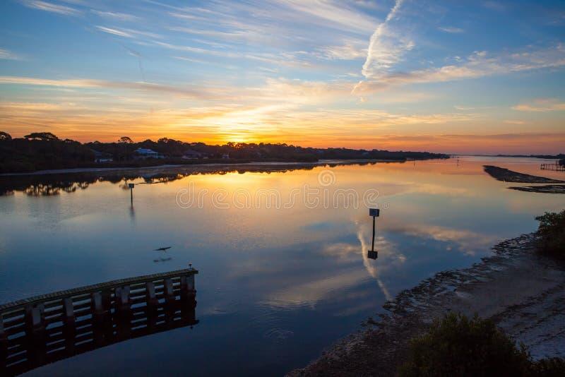 Alba sopra il canale navigabile intercoastal di Florida immagini stock libere da diritti