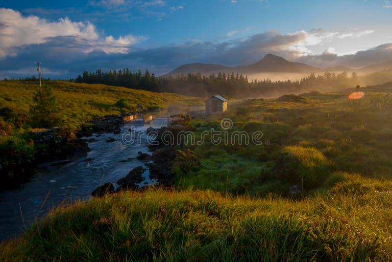 Alba sopra il fiume irlandese, immagini stock