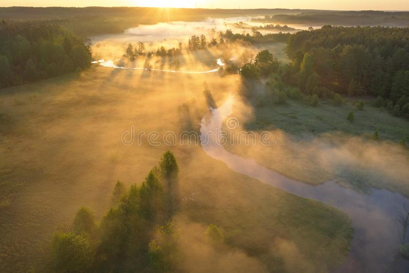 Alba sopra il fiume nebbioso Vista aerea della natura del fiume al sole Vista soleggiata luminosa del paesaggio di mattina da sop immagini stock libere da diritti