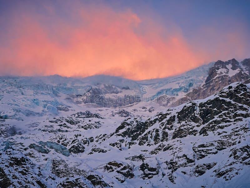Alba sopra il ghiacciaio svizzero delle alpi fotografia stock