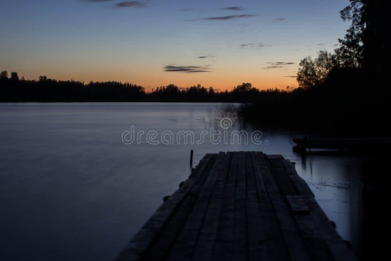 Alba sopra il lago fotografie stock libere da diritti