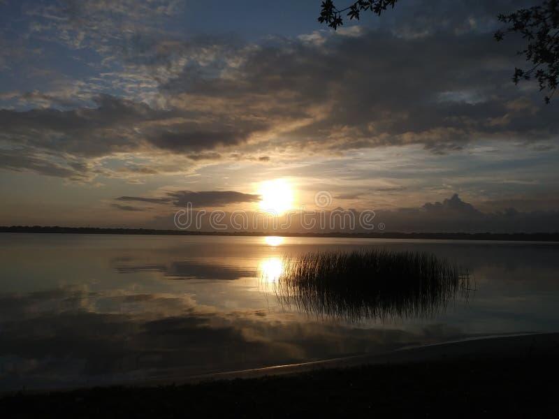 Alba sopra il lago Ariana immagine stock libera da diritti