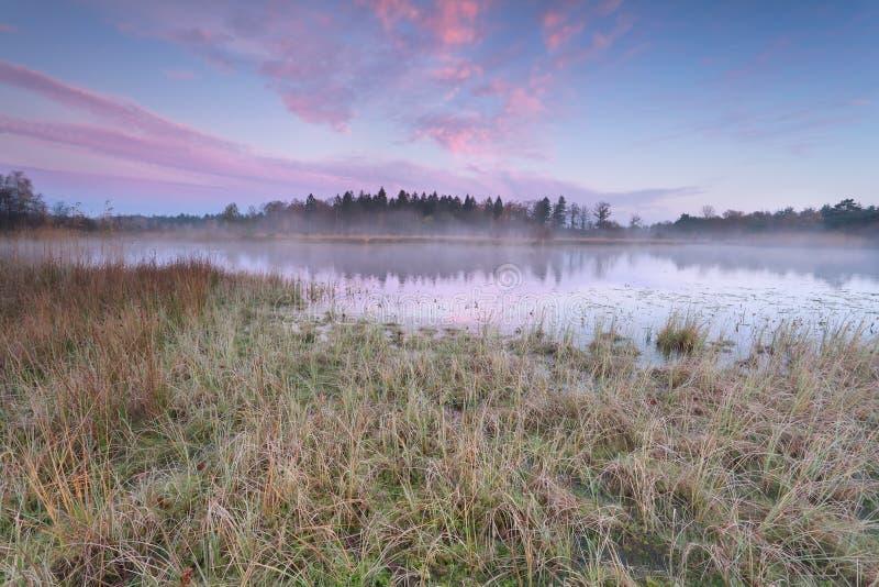 Alba sopra il lago nella mattina fredda di autunno fotografia stock libera da diritti