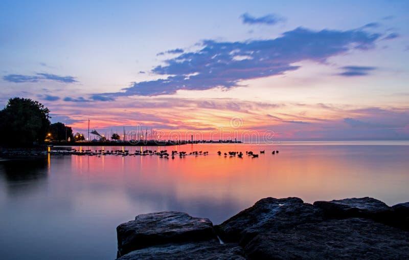 Alba sopra il lago Ontario alla spiaggia di Bronte fotografia stock libera da diritti