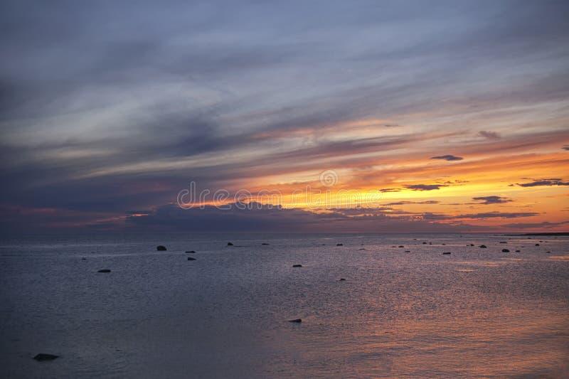 Alba sopra il mare con le nuvole a strisce immagini stock libere da diritti