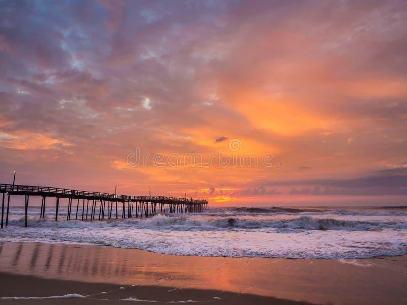 Alba sopra il pilastro di pesca a Carolina Outer Banks del nord fotografia stock libera da diritti