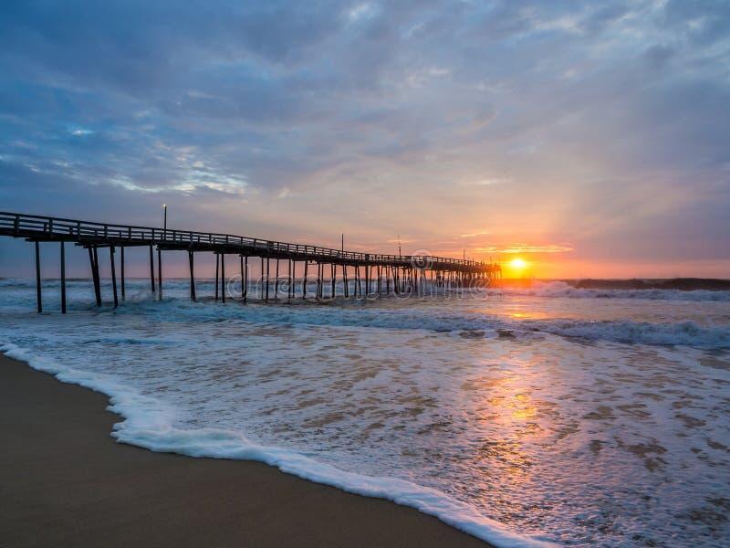Alba sopra il pilastro di pesca a Carolina Outer Banks del nord immagine stock