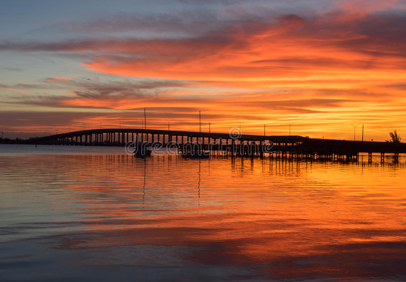 Alba sopra il ponte della strada soprelevata di UCE Gallie vicino a Melbourne Florida fotografie stock libere da diritti